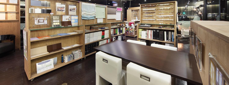 空間彩生STUDIO 調湿デザインタイルや無公害塗料「オスモカラー」などの自然素材やLED照明で作られた柔らかい、優しい空気を感じる事のできるショールームです。